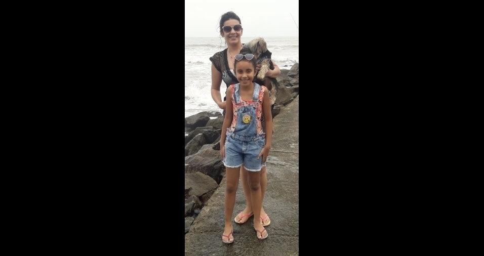 Mariane, de São Paulo (SP), com a mãe Dani e o mascote Madruguinha