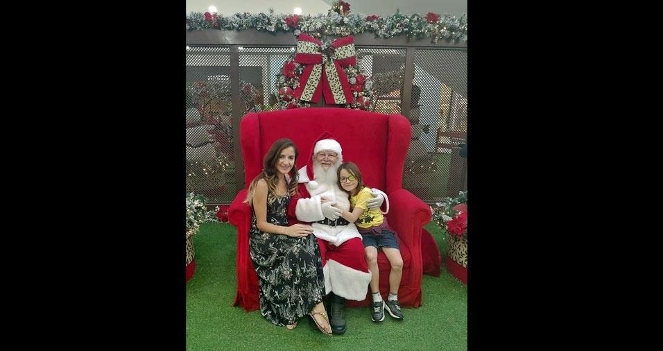 Bernardo, sete anos, não perdeu a chance de dar um gostoso abraço no papai Noel. Ele e a mamãe Taís moram em São Paulo (SP)