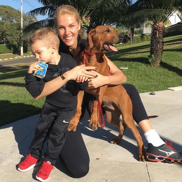 """13.jul.2016 - """"Eu e meus meninos depois da caminhada"""", escreveu a apresentadora Ana Hickmann em foto com o pequeno Alexandre Júnior e o cãozinho da família, Cauã, no Instagram"""