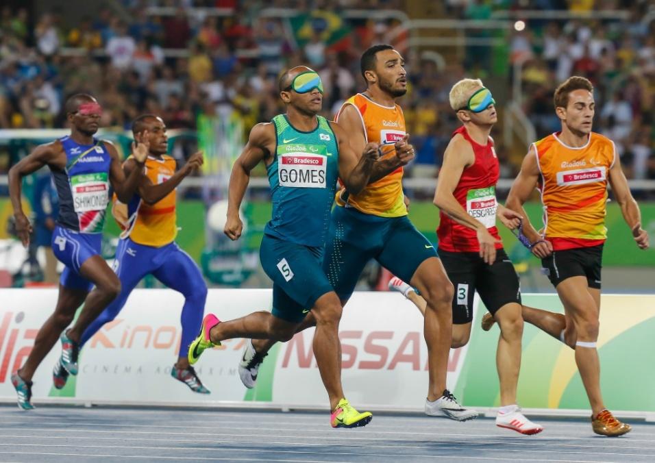 17.set.2016 - Prata nos 100 e 200 metros rasos, Felipe Gomes repetiu o resultado nos 400 m da classe T11 do atletismo, completando a prova com 50s38