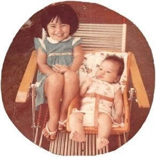 1981 - Sabrina Sato, bebê, na cadeirinha, ao lado de Karina, sua irmã mais velha, em Penápolis, interior de São Paulo