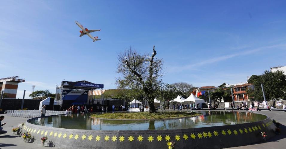 15.jul.2017 - Familiares e amigos das vítimas do acidente com o voo JJ3054, da TAM, em Congonhas, reuniram-se no Memorial 17 de julho em uma homenagem aos mortos no maior acidente aéreo da história do Brasil