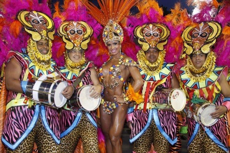 8.mar.2011 - A modelo Gracyanne Barbosa posa à frente da bateria da Paraíso do Tuiuti, do grupo B do Carnaval carioca, no Sambódromo do Rio de Janeiro. Gracyanne foi madrinha de bateria da agremiação