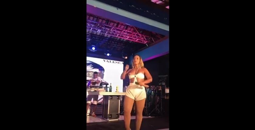3.jan.2017 - Valesca Popozuada foi traída por seu figurino durante um show em Ipatinga, no interior de Minas Gerais. A funkeira dançou e pulou no palco quando, de repente, ficou com o seio à mostra