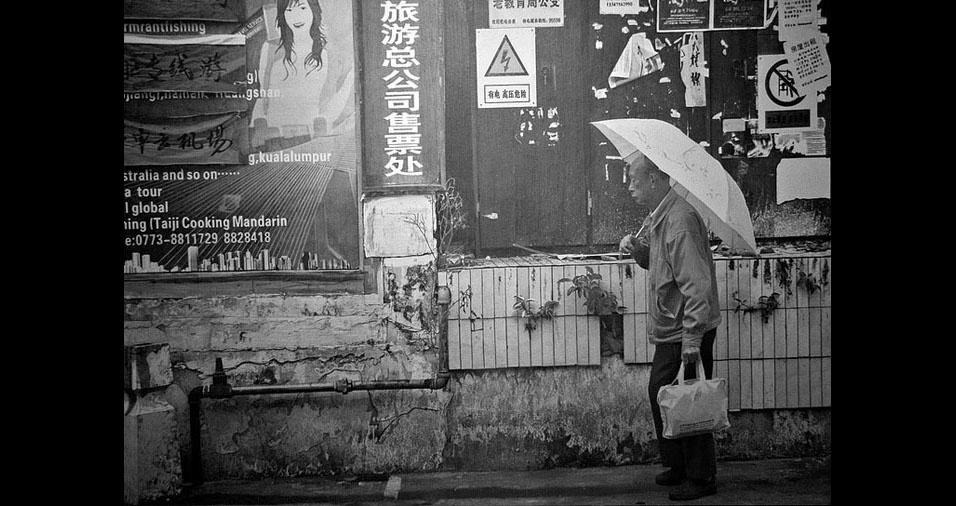3. Cena detalhada de um homem caminhando sob uma sombrinha