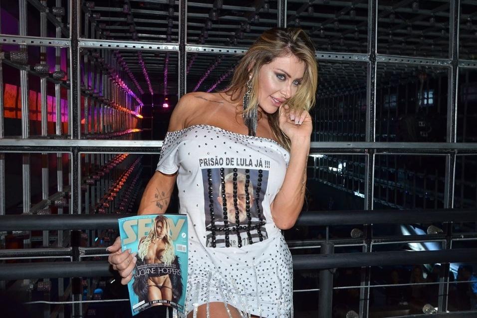 13.ago.2017 - Luciane Hoepers, que ficou conhecida como Musa da Lava Jato, é a capa da edição de agosto da revista Sexy. A loira causou polêmica ao usar um vestido protestando e pedindo a prisão do ex-presidente Lula durante a festa de lançamento da revista Sexy, da qual a gata é a estrela da capa