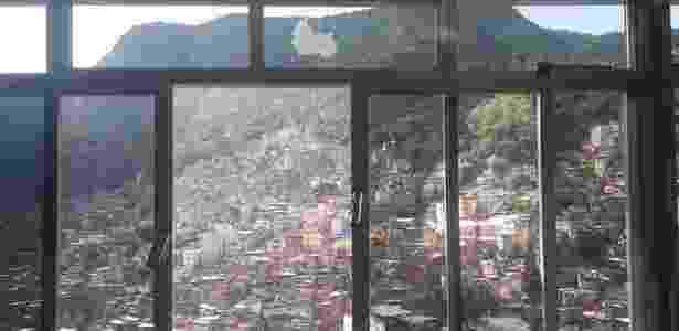 Janela da casa do morador da Rocinha foi atingida por tiros - Reprodução / Facebook