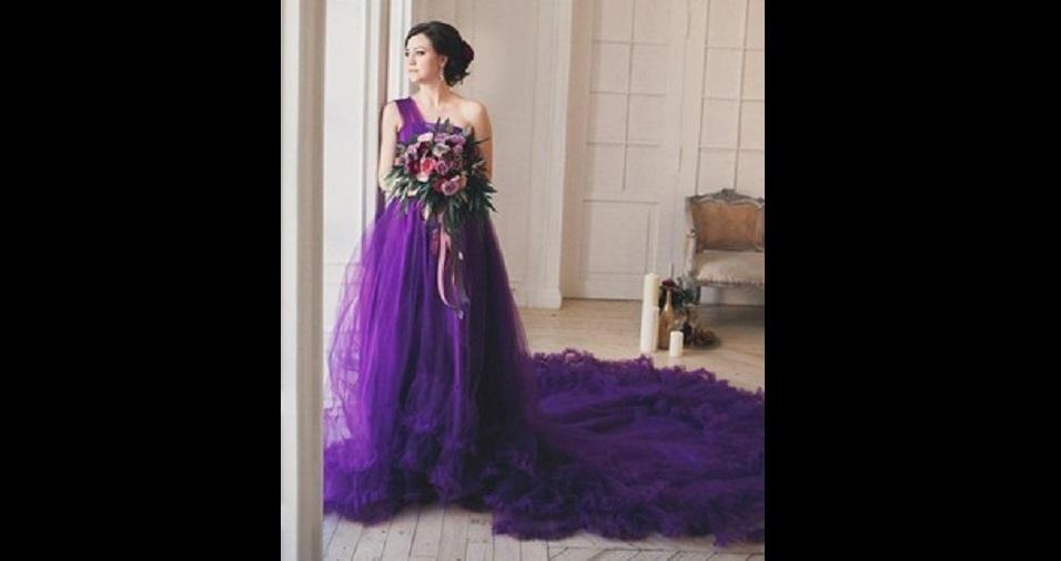 24. Além do lilás, o roxo também pode ser uma cor que caia bem nos vestidos de noiva. Não tenha medo de combinar uma cor mais forte, com um traje mais chamativo, como um vestido de cauda longa