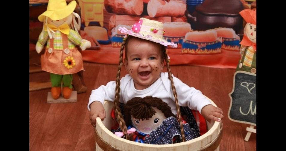 """Os pais Edvaldo de Arruda Campos Junior e Ana Paula França Camargo enviaram foto da """"caipirinha mais linda do mundo"""", ela tem seis meses e se chama Ana Julia. A família mora em Cuiabá (MT)"""