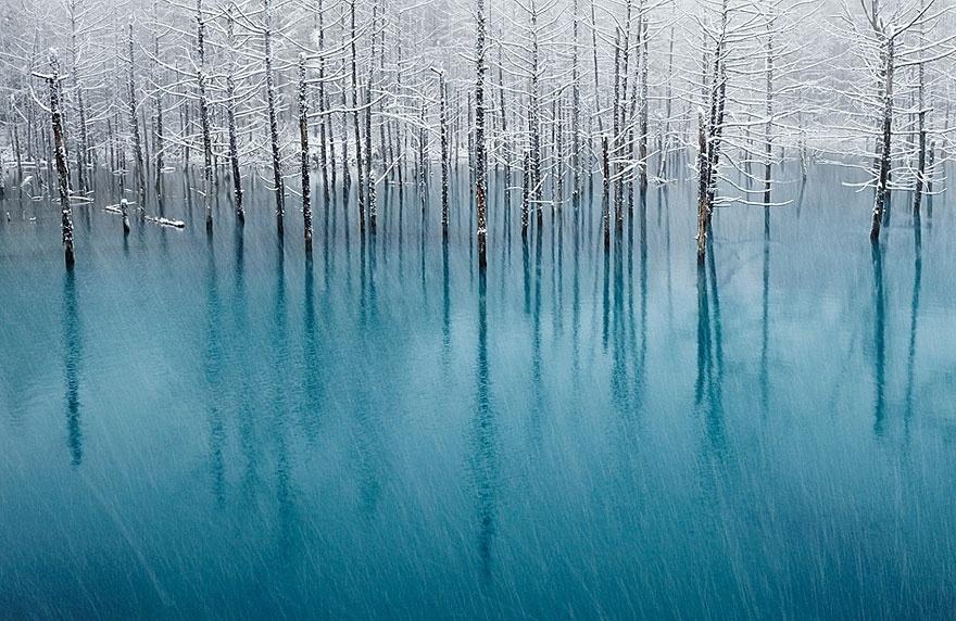 Reflexo sobre lago congelado no Japão