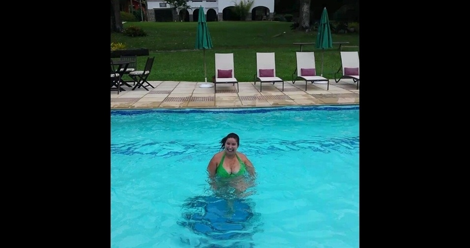 11.jan.2017 - A piscina é um dos lugares prediletos da atriz, que não sai da água