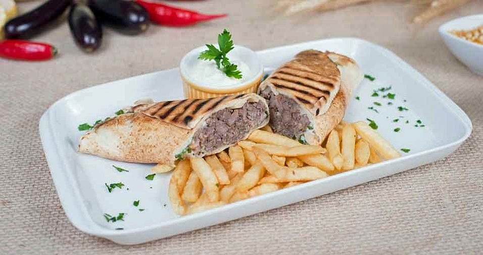 """31. O Esquina Grill do Fuad concorre com o prato """"Kebab do Fuad"""", que é um tradicional lanche do Oriente Médio recheado com picanha, tomate, cebola, molho e especiarias acompanhado de fritas. Onde: Rua Martim Francisco, 244 - Santa Cecília. Mais informações: (11) 3666-4493"""