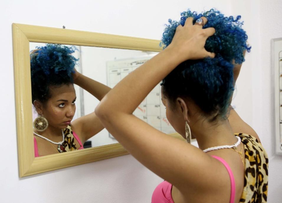As princesas guerreiras do projeto Adeola usam o turbante, uma peça típica africana, como um objeto simbólico da coroa das princesas já conhecidas por todo o mundo. Para isso, Denise prepara os cabelos antes de fazer o penteado