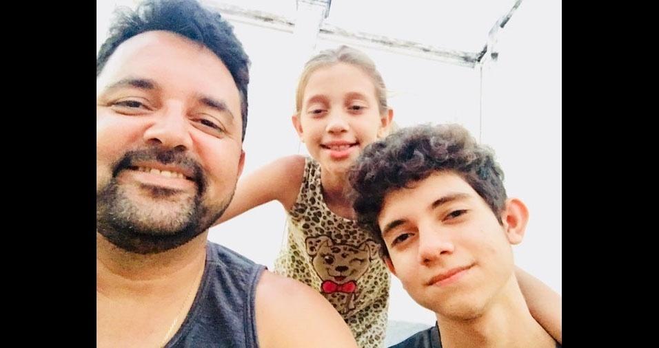 Papai Christian Dias com os filhos Maria Flor e Caio, de Montes Claros (MG)