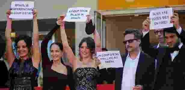 """Em Cannes, com os companheiros do elenco do filme """"Aquarius"""" - Reprodução/UOL - Reprodução/UOL"""