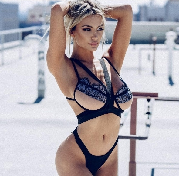 28.out.2016 - Em outro clique, a gata Lindsey Pelas não poupa no 'carão' e aparece só com uma lingerie, para lá de cavada, para deixar os fãs babando no Instagram