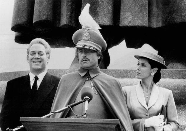 """1988 - Sonia Braga com Richard Dreyfuss (ao centro) e Raúl Juliá (à esq) em cena de """"Luar Sobre Parador"""", filme pelo qual foi indicada ao Globo de Ouro como melhor atriz coadjuvante"""
