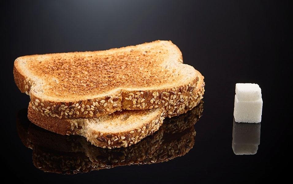 Duas fatias de pão integral tem 6 g  de açúcar