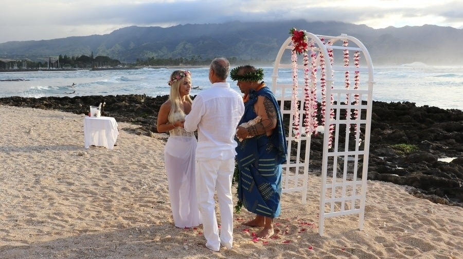 27.jan.2017 - Kadu Moliterno e Cristianne Rodriguez em cerimônia realizada na areia da Praia Puaena Point, no Havaí. Os dois se casaram, pela primeira vez, no dia 11 de dezembro de 2016, em Florianópolis (SC)