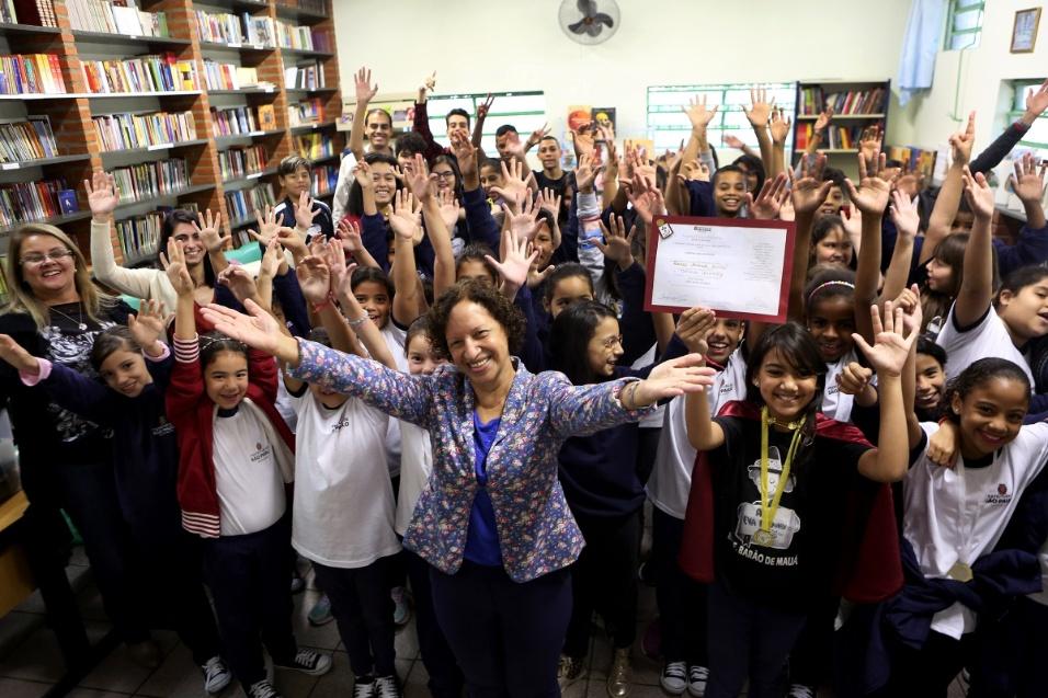 24.mai.2017 - Maria Sueli Fonseca Gonçalves, de 65 anos, tornou-se educadora apenas após se aposentar da carreira pública. O sonho pode ter sido adiado, mas ela mostra com carinho a realização do grande projeto de vida