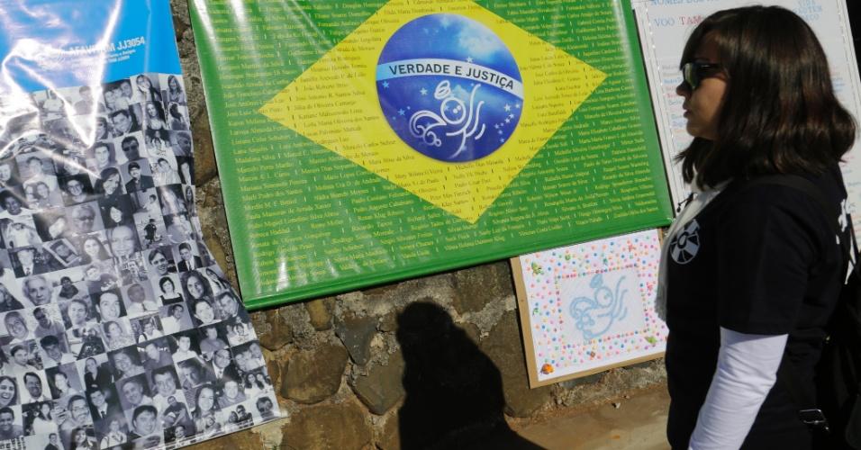 Cartaz com a bandeira do Brasil pede Justiça. Familiares lamentam a absolvição de três acusados pelo acidente que matou 199 pessoas em 17 de julho de 2007