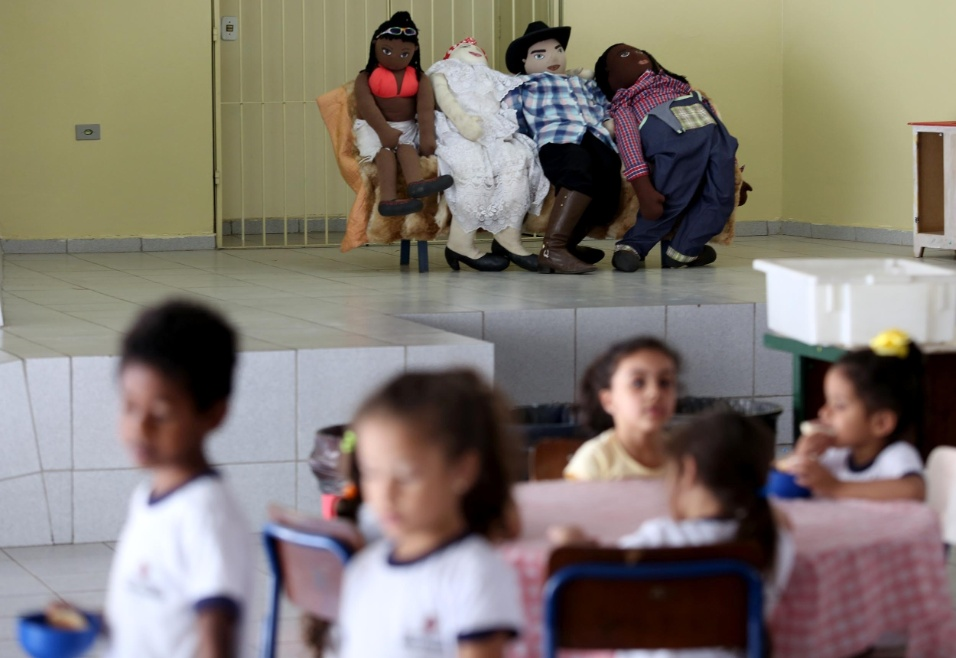 Professora Cibele. Figuras de afeto (ao fundo) foram sendo criadas para dar referência às crianças que estudam na EMEI Nelson Mandela. Uma família diversa, com um pai negro, sul-africano, uma mãe branca, brasileira, e dois filhos que também nasceram no Brasil são a cara da instituição