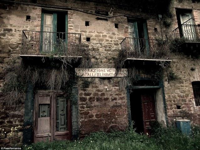 16.jul.2015 - Fabio di Bitonto é um fotógrafo que percorre a Itália em busca de locais abandonados para realizar seu trabalho fotográfico. O profissional já visitou igrejas, ruínas, aldeias antigas destruídas e até desertos, sempre em busca de cliques que mostrem o abandono e a solidão presentes em suas fotos