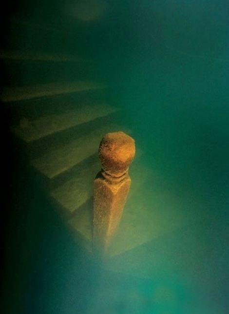 14.fev.2016 - Casas e escadarias inteiramente feitas de madeira continuam preservadas, mesmo após passarem quase seis décadas submersas