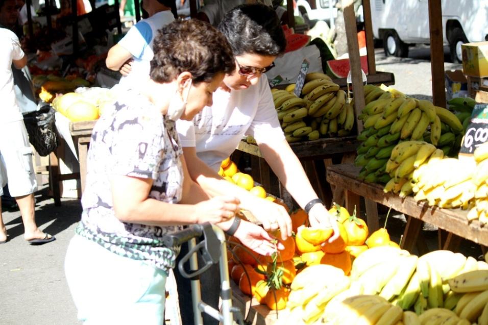 10.jul.2016 - Cláudia Rodrigues compra frutas em uma feira da Gávea, na zona sul do Rio de Janeiro