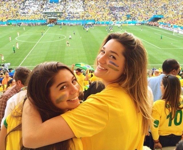 """9.set.2014 - Sasha ao lado de amiga durante jogo da Copa do Mundo. """"Irmã por opção"""", postou a torcedora na foto do Instagram"""
