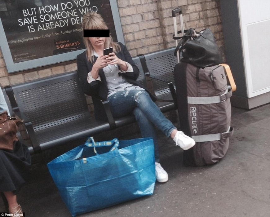 Ela está sozinha, mas com as malas acabou ocupando três lugares!