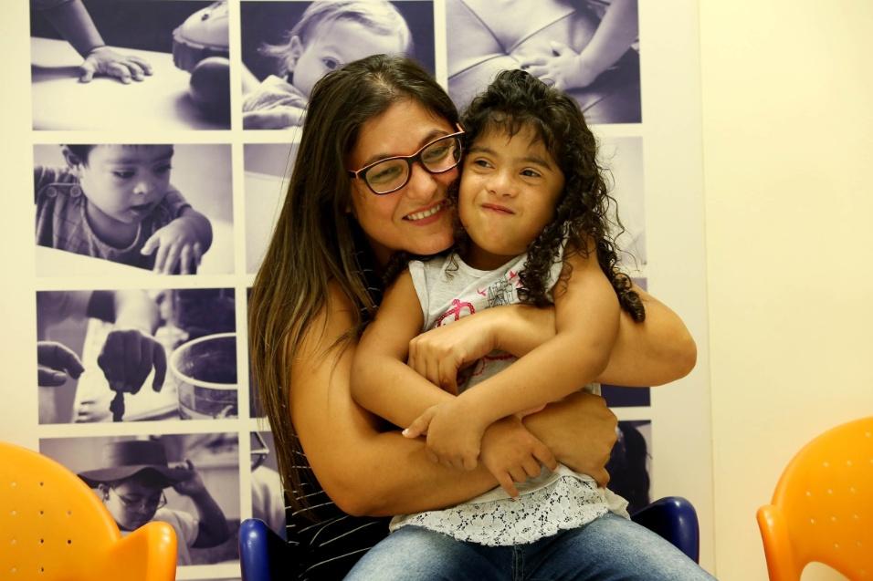 Luciene Correia de Souza, de 40 anos, é mãe da pequena Sophia Victória, de 7. Há seis anos ela sai de Itaquaquecetuba, no interior de SP, todas as segundas-feiras, para levar a filha à Apae-SP. Na instituição, a menina é atendida por uma equipe de estimulação e reabilitação para crianças com Síndrome de Down.