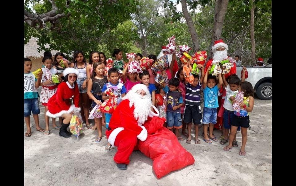 """Marliane Rodrigues de Sousa, de Anapurus (MA), compartilhou uma história especial. Todo ano ela, o marido e um cunhado se vestem de Papai Noel e entregam brinquedos para crianças carentes das casas vizinhas.  """"Esse projeto é do meu esposo. Todo ano com o décimo terceiro salário dele, compramos brinquedos pra doar. Já está com 3 anos esse projeto, que se chama Clidenor Martins"""", conta ela."""