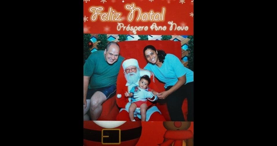 Roberto, Daniela e  Bianca Lanatovitz fizeram seus pedidos para o Papai Noel, em Taboão da Serra (SP)