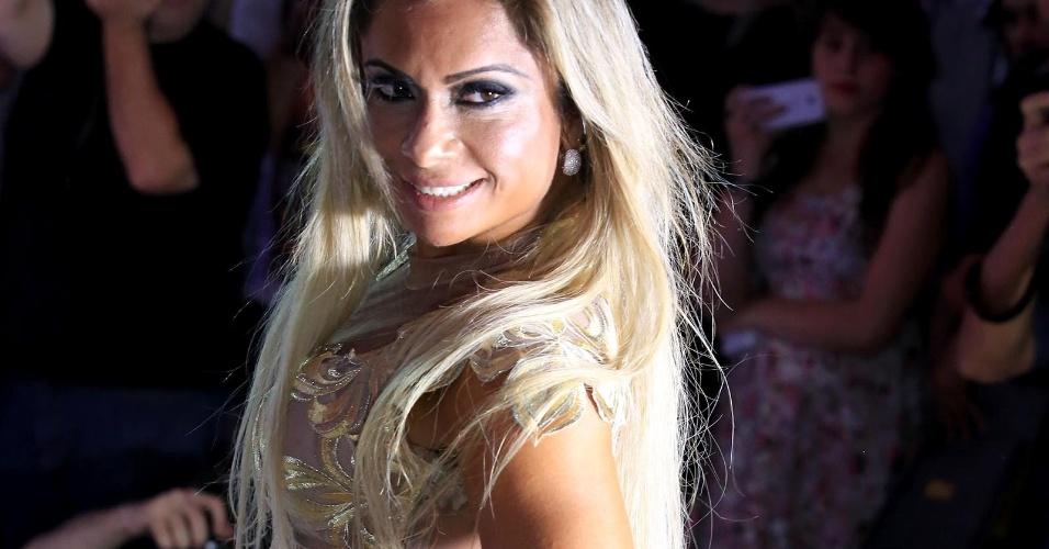 9.nov.2015 - Dani Sperle, do Rio de Janeiro, usou um vestido comportado durante apresentação no Miss Bumbum 2015. Para quem ousa e desfila completamente nua no Carnaval do Rio, apenas com um mini tapa-sexo, Dani estava extremamente comportada