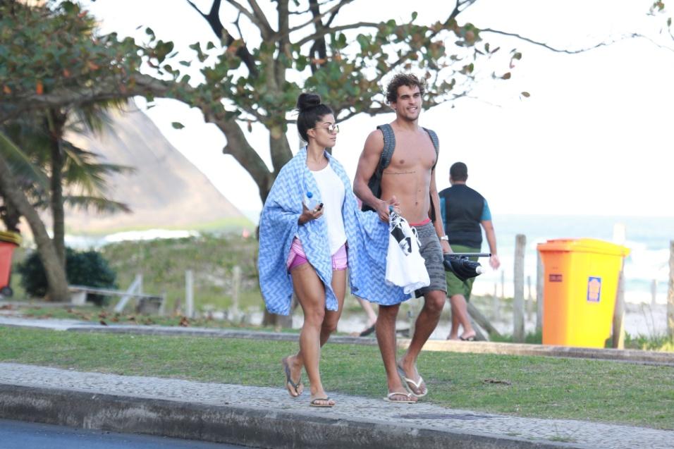 2.jun.2016 - Aline Riscado e seu namorado, Felipe Roque, caminham de mãos dadas na orla da praia da Barra da Tijuca, no Rio