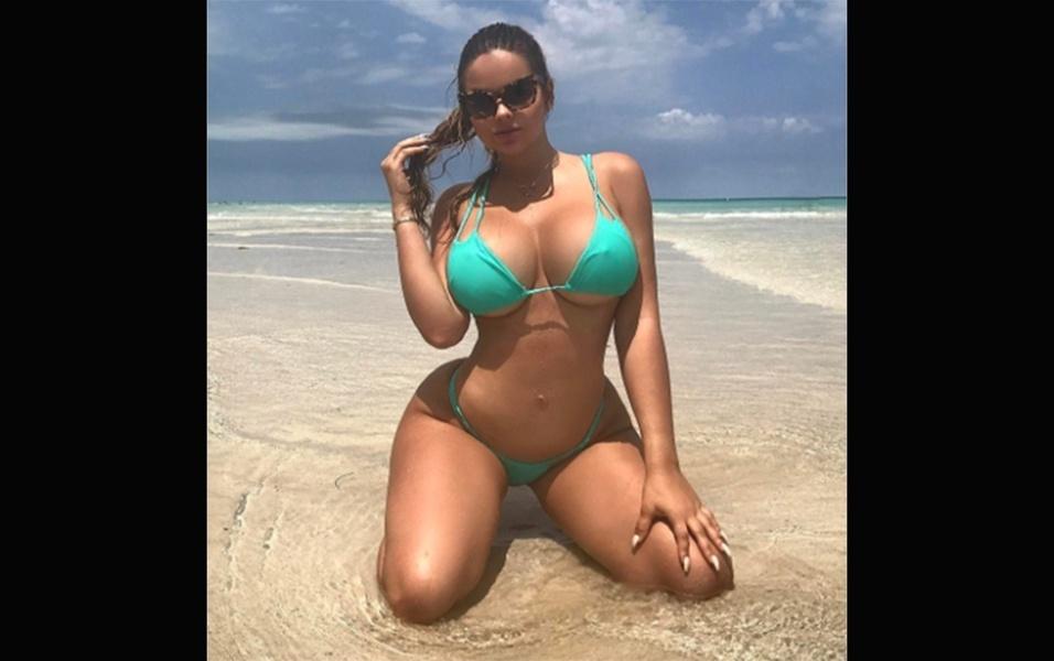30.abr.2017 - Anastasia se destaca pelas curvas poderosas, que ficam evidenciadas em seus ensaios na praia