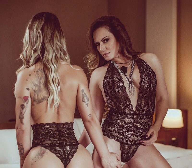 """30.ago.2017 - Em seu segundo ensaio para o Diamond, Nubia Oliiver se mostrou bem à vontade na sessão com a amiga Eliana Amaral. """"Todos sabem o quanto sou bem resolvida comigo, com meu corpo e tudo que envolve minha sexualidade"""", disse a modelo de 43 anos"""