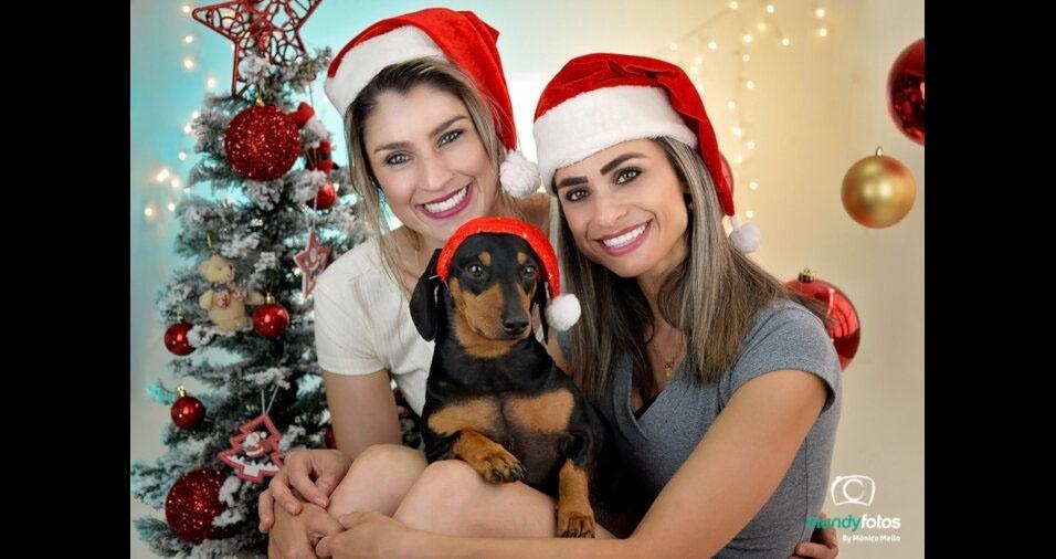 """""""Gostaria muito de ver uma fotinho minha com minha mana e meu cachorrinho no Natal do Bol!"""", escreveu  Carolina Galan de Lima, que posa com Kati Galan de Lima, e seu filhote, Léo.  Elas são de Santa Catarina"""