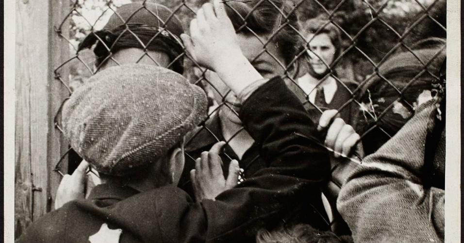 1940-1942 - Familiares se despedem na prisão do gueto de Lodz, antes da deportação para campos de concentração nazistas