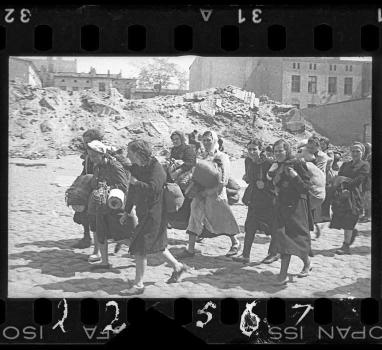 1940-1944 - Judeus, principalmente mulheres, carregam seus pertences durante a deportação para campo de concentração