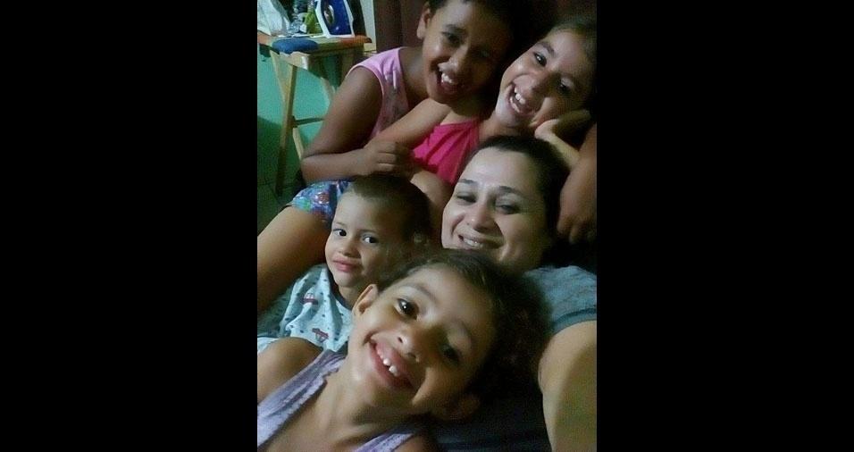 Marisa com a filha Maria Vitoria e os netos Wesley, Giovanna e Gabrielly Landim