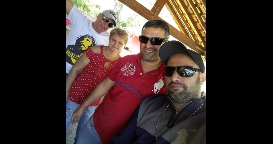 Fernando Henrique e Fabio Alexandre, com a mamãe Roseli, homenageando o papai Edson, de Piracicaba (SP)
