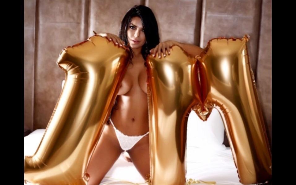 """29.ago.2017 - A modelo Suzy Cortez chegou à marca de 1 milhão de seguidores no Instagram. Para comemorar o número, a brasileira posou em um ensaio segurando balões com o número, uma forma tradicional que as beldades têm de comemorar esse tipo de feito na rede social. """"Boa noite meus amores! Comemorando meus 1 milhão de seguidores. Muito obrigada a todos meus fãs, seguidores e amigos. Um milhão de beijos!"""", escreveu Suzy no post"""