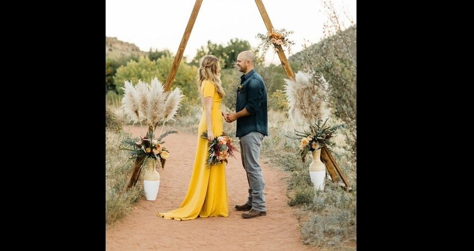 1. Amarelo pode parecer uma cor um pouco exagerada para um vestido de noiva, mas você pode se enganar! Modelos amarelos também sabem ser discretos, com um corte mais simples