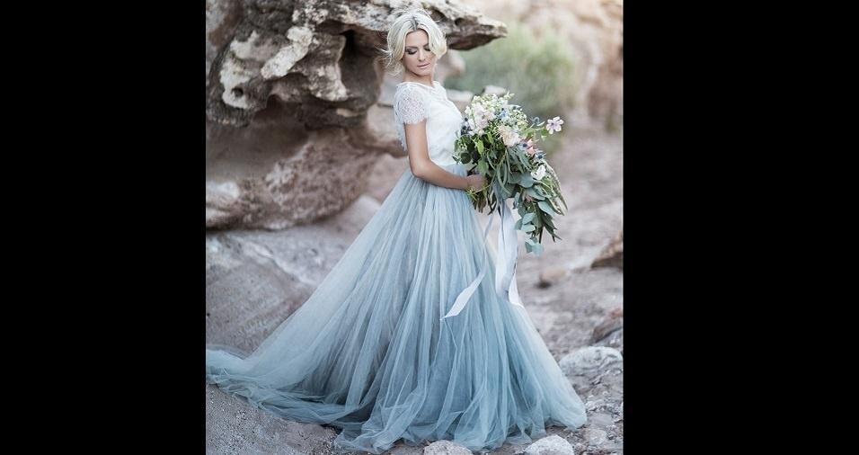 12. Um casamento na praia parece combinar perfeitamente com um vestido azul da cor do mar. Com uma cauda que lembra o movimento das ondas, então, é o traje completo