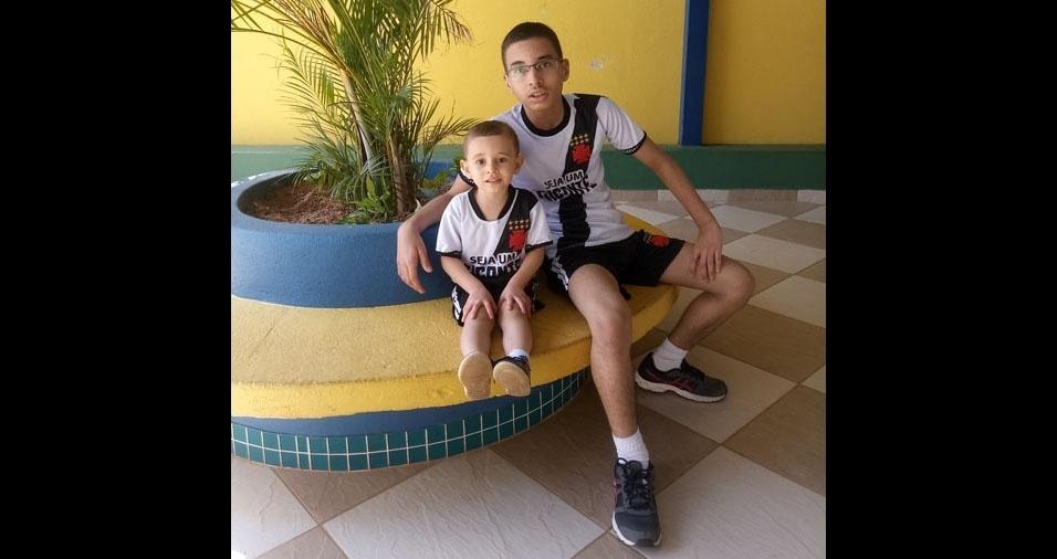 No banco do jardim estão Igor e Lucas, os filhos de Cledson e Fernanda