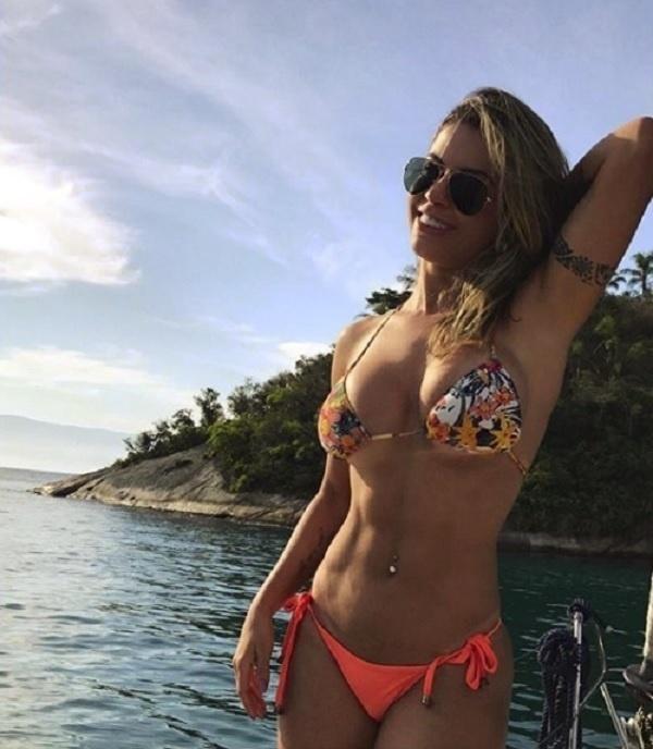 """14.set.2017 - Cacau Colucci ganha elogio de seguidora: """"Que barriga chapada, gata"""""""