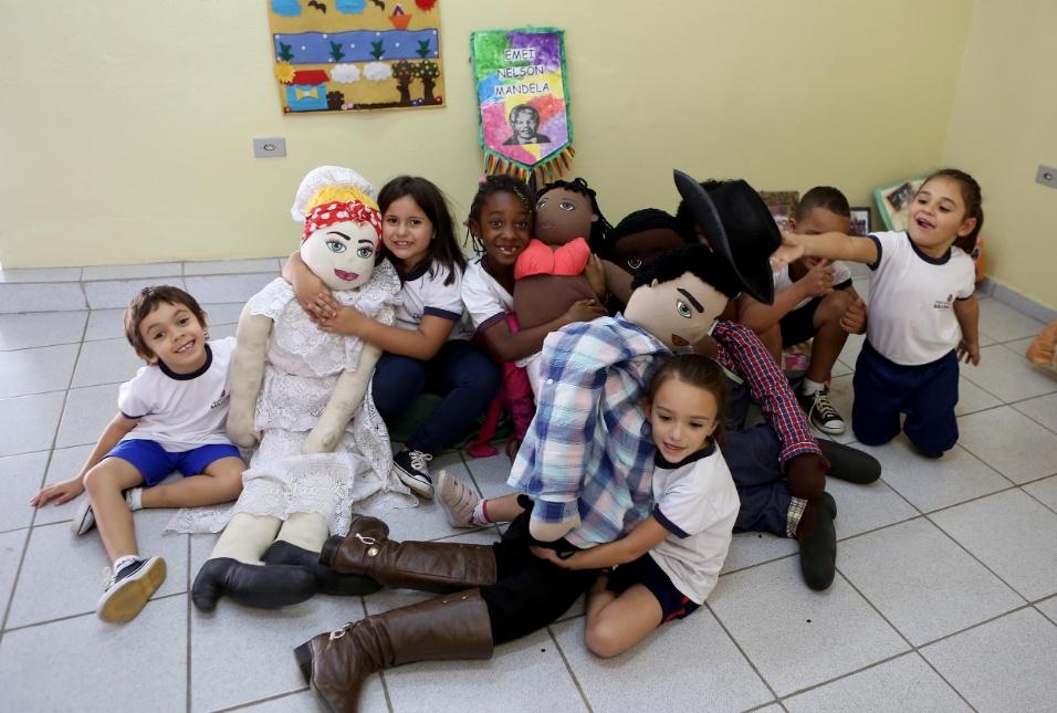 Professora Cibele. Olha quanto amor! Os estudantes da EMEI Nelson Mandela não apenas se acostumaram com as figuras de afeto, mas também se apaixonaram por elas