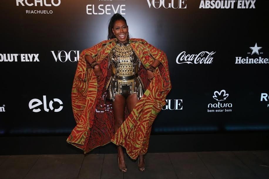 28.jan.2016 - A apresentadora Glória Maria posa para fotos na sua chegada no Baile da Vogue, que aconteceu em São Paulo. O tema da festa, neste ano, foi Pop África. Ela e a atriz Taís Araújo foram eleitas rainhas do baile